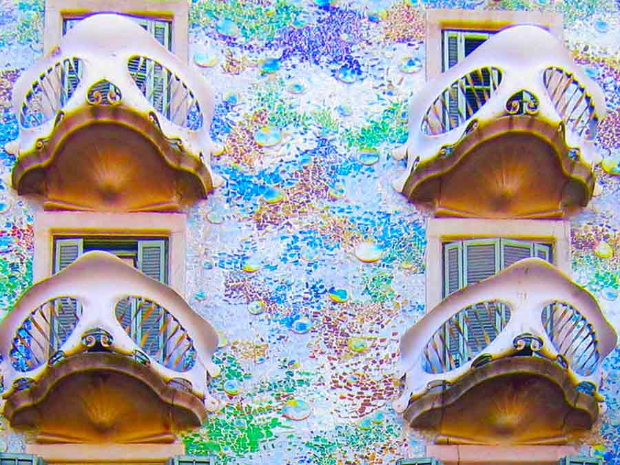 Antoni Gaudi, Casa Batlló the central part of the facade, photo by Wieslaw Sadurski