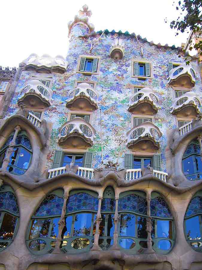 Antoni Gaudi, Casa Batlló Facade is richly decorated, photo by Wieslaw Sadurski