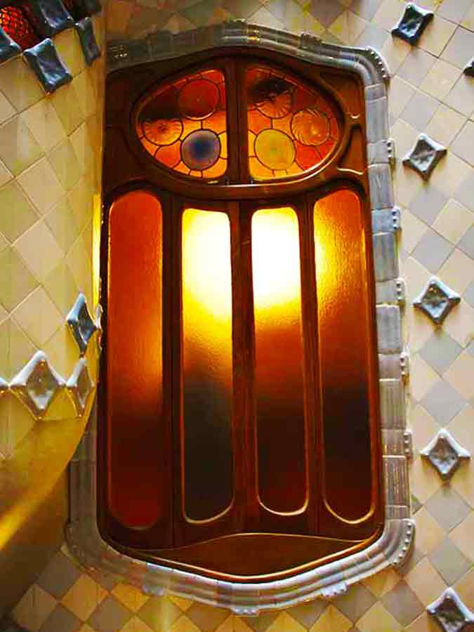 Antoni Gaudi, Casa Batlló window inside, photo by Wieslaw Sadurski
