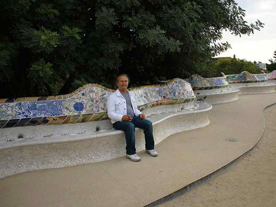 Wieslaw Sadurski on Park Guell long bench, photo