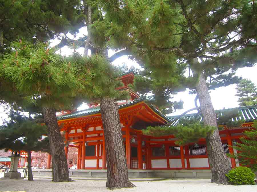 Heian Shrine in Kyoto, photo by Wieslaw Sadurski