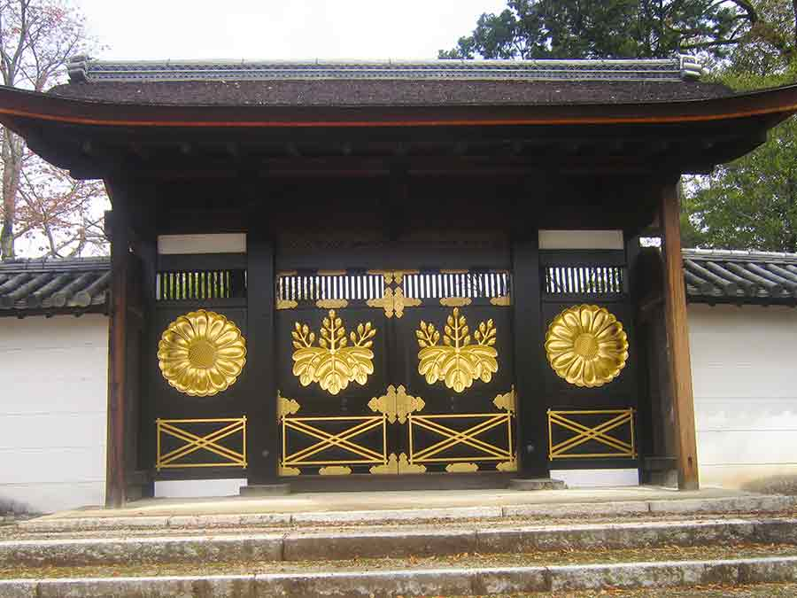 Ornate Gate Daigoji temple in Kyoto, photo by Wieslaw Sadurski