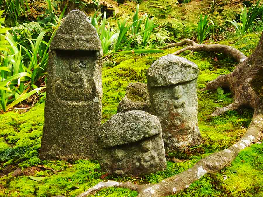 Tofukuji Zen Eastern Garden ancient sculptures, photo by Wieslaw Sadurski